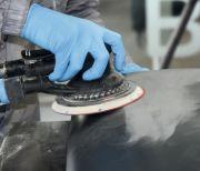 Nach dem Füllerauftrag wird die Oberfläche mit P400 angeschliffen.