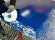 Nach dem Schleifen erfolgt die Reinigung mit Verdünnung und einem sauberen Microfasertuch.(Foto: M. Rehm)
