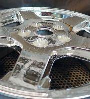 Die verspiegelte Oberfläche mit dem CLC-Oberflächenreiniger besprühen und 30 bis 60 Sekunden einwirken lassen.