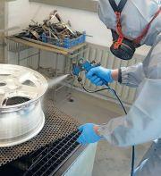 Die Oberfläche wird danach erneut mit destilliertem Wasser abgewaschen.