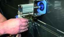 Mit Hilfe seiner beiden Regelventile für Luftdruck und Luftmenge lässt sich der Dellenlifter gut an die jeweiligen Bedürfnisse anpassen. (Foto: KS Tools)