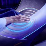 Die_Passagiere_sind_mit_ihrem_ergonomischen_Fahrzeug_über_die_Sinne_verschmolzen_und_können_verschiedene_intuitive_Funktionen_über_Projektionen_auf_der_Handfläche_nutzen.___Passengers_are_fused_across_the_senses_with_their_ergonomic_vehicle_and_can_use_va
