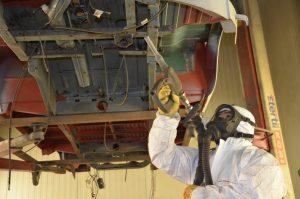 Beim Sandstrahlen stehen verschidene Strahlmitteln zur Verfügung, die sich vor allem in ihrer Aggressivität unterscheiden. Foto: M. Rehm